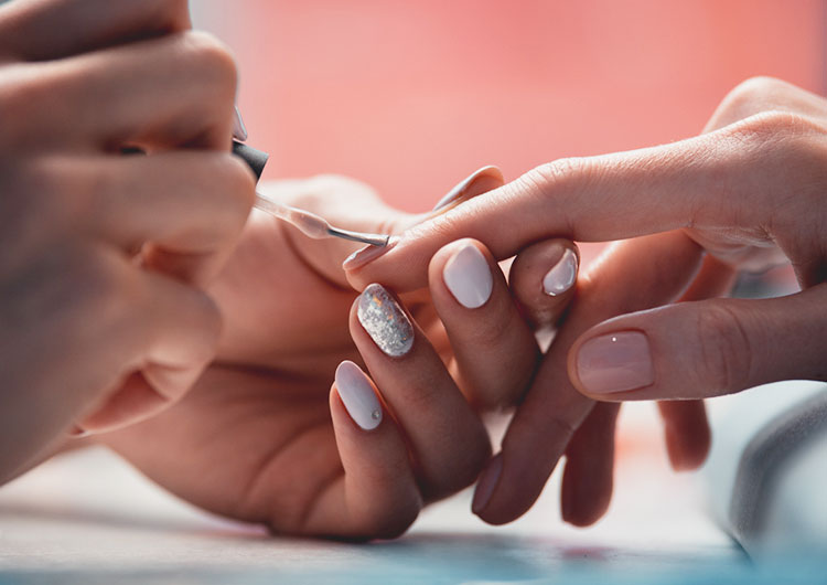 В чем разница между покрытием ногтей гелем и шеллаком?